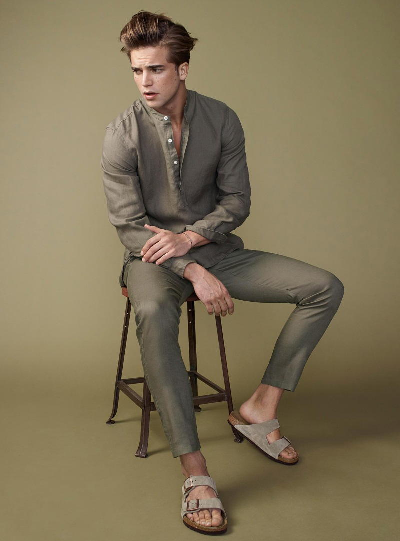 グレイッシュグリーンコーデ プルオーバーバンドカラーシャツ×スラックス×サンダル
